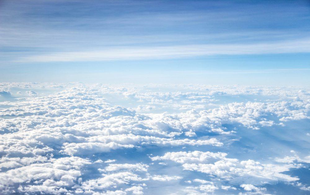 空の上から見た白い雲の海